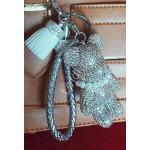 Zawieszka - miś z opalizujących błyszczących kryształków z perełkami na szyi | brelok do torebki, kluczy